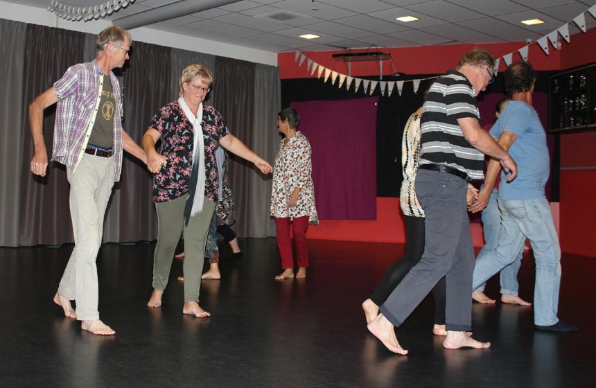 Dansende deelnemers in workshop biodanza