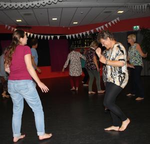 Barbara dansend in contact met de groep