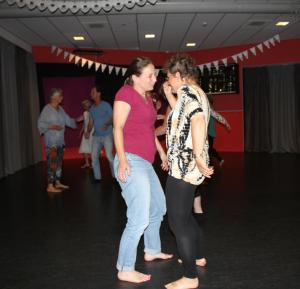 Barbara dansend in contact met een van de deelneemsters van de groep