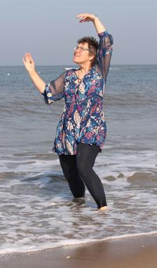 Barbara dansend aan zee